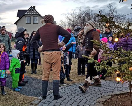 sungið og dansað í kringum jólatréð á Árbæjarsafni