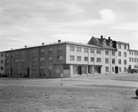 Ljósmynd:©Sigurhans Vignir / Ljósmyndasafn Reykjavíkur. Um 1944, fjölbýlishús og verslun við Hlemm í Reykjavík. Talið f.v. Rauðarárstígur 11, Rauðarárstígur 13, Hverfisgata 117 (hornhús), Hverfisgata 119, Hverfisgata 121 og Hverfisgata 124.